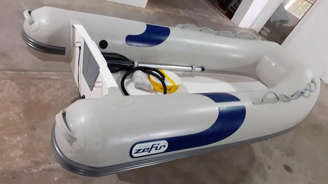Desenvolvido com um design moderno, versatilidade e garantia de segurança, além de ter o casco rígido em fibra de vidro, com reforço em compensado naval.
